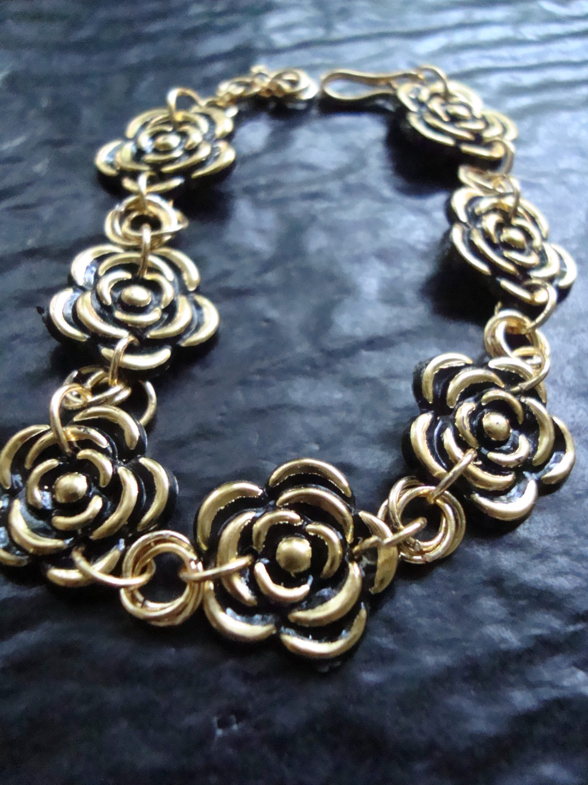 Tanirika - bracelet made with flat rose buttons and jump ring roses